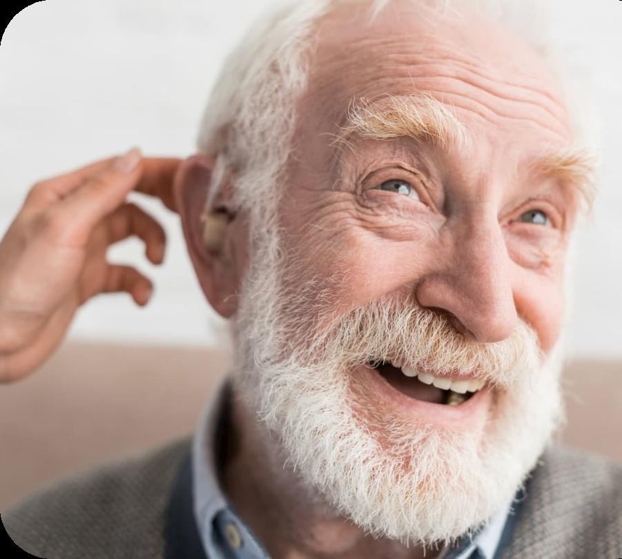 Homo idoso com aparelho auditivo