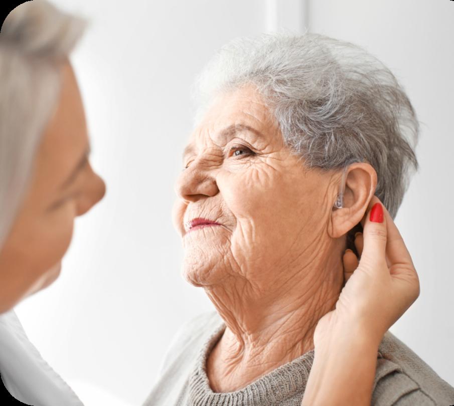 Senhora com aparelho auditivo